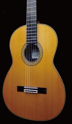 赤い(茶色い)見た目のクラシックギター