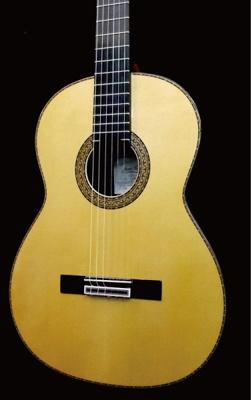 白い(黄色い)見た目のクラシックギター